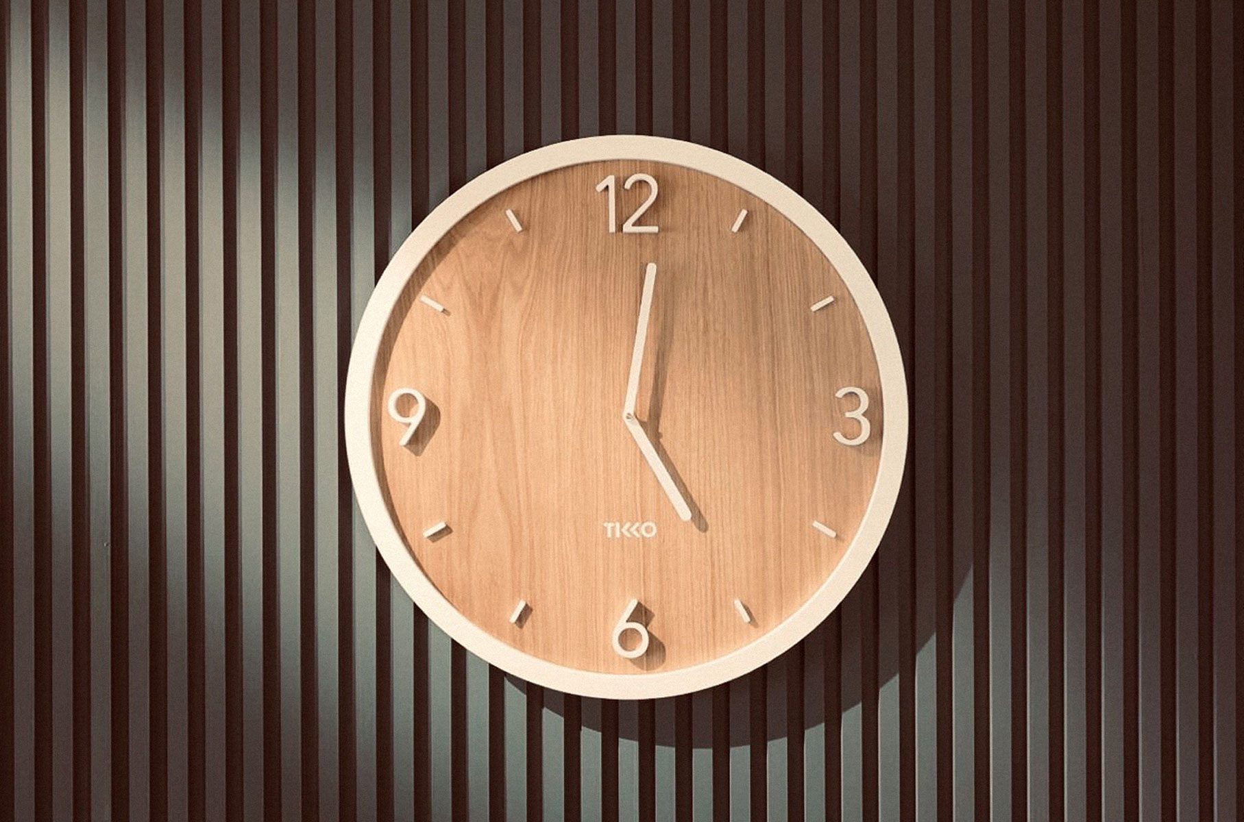 tikko_wall_clock_momentum_oak_white_450mm_slide