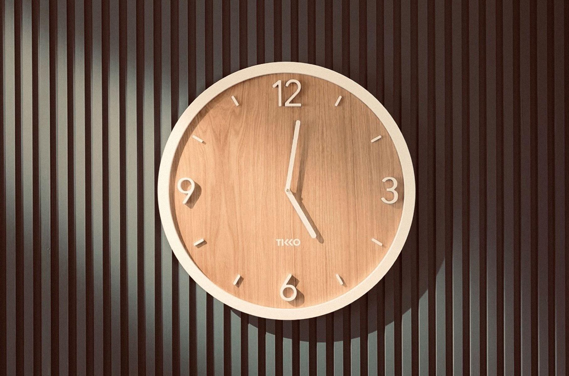 tikko_wall_clock_momentum_oak_white_450mm_slide